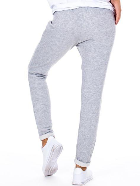 Szare spodnie dresowe z podwijanymi nogawkami                              zdj.                              2