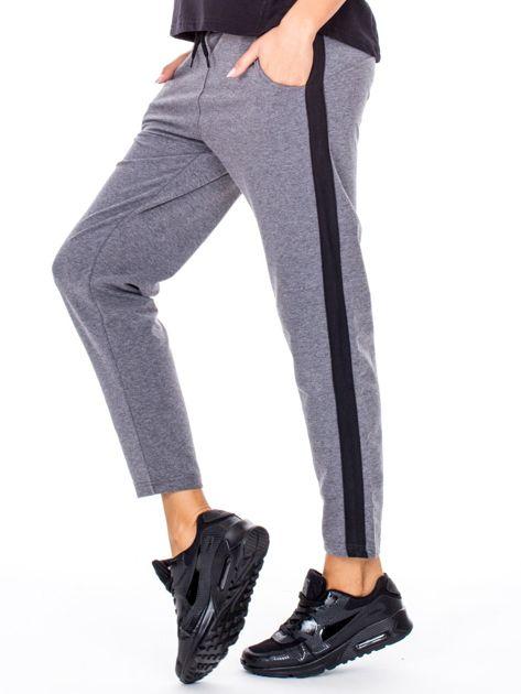 Szare spodnie dresowe z troczkami i lampasami                              zdj.                              5