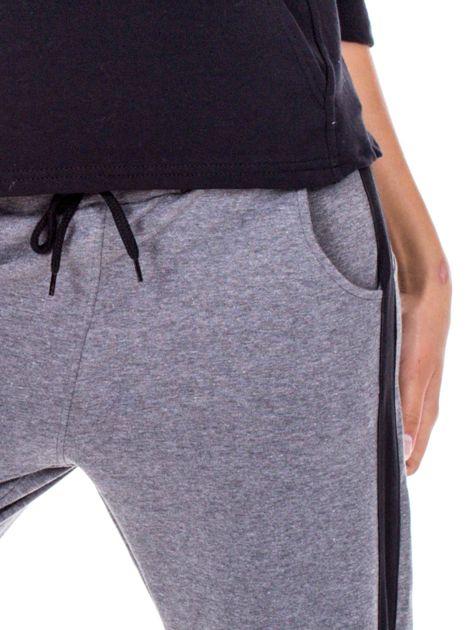 Szare spodnie dresowe z troczkami i lampasami                              zdj.                              6