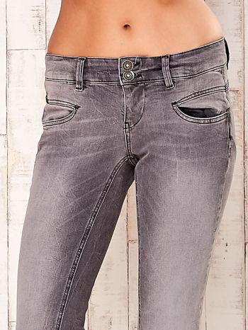 Szare spodnie regular jeans                                  zdj.                                  4