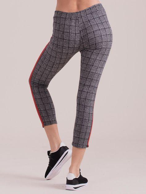Szare spodnie we wzory z czerwonymi lampasami                              zdj.                              2
