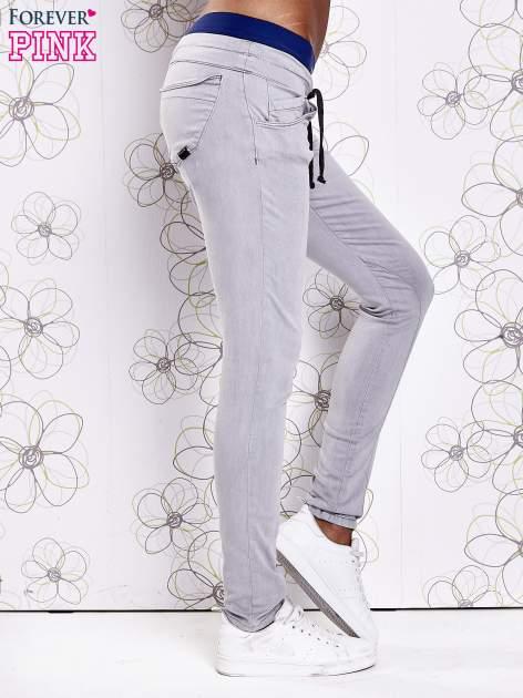 Szare spodnie z przeszyciami i ciemnoniebieską gumką w pasie                                  zdj.                                  2