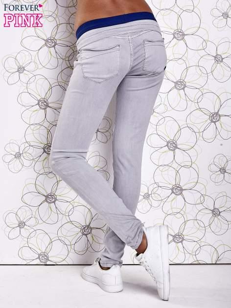 Szare spodnie z przeszyciami i ciemnoniebieską gumką w pasie                                  zdj.                                  3
