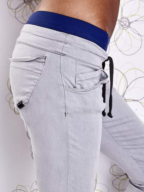 Szare spodnie z przeszyciami i ciemnoniebieską gumką w pasie                                  zdj.                                  5