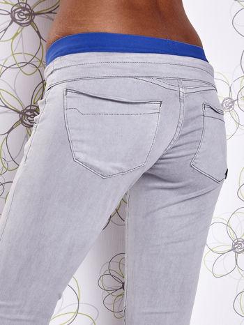 Szare spodnie z przeszyciami i niebieską gumką w pasie                                  zdj.                                  6