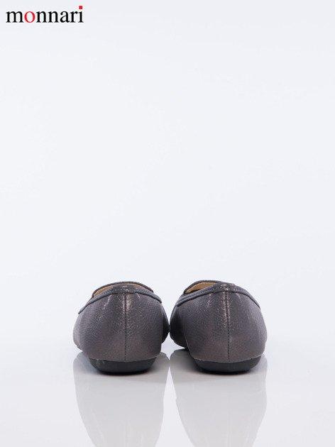 Szare tłoczone baleriny Monnari z ozdobną złotą przypinką na przodzie buta                              zdj.                              5