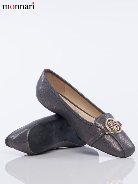 Szare tłoczone baleriny Monnari z ozdobną złotą przypinką na przodzie buta                              zdj.                              4