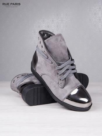 Szare zamszowe sneakersy Polly z ozdobnym suwakiem i lustrzanymi wstawkami                                  zdj.                                  4