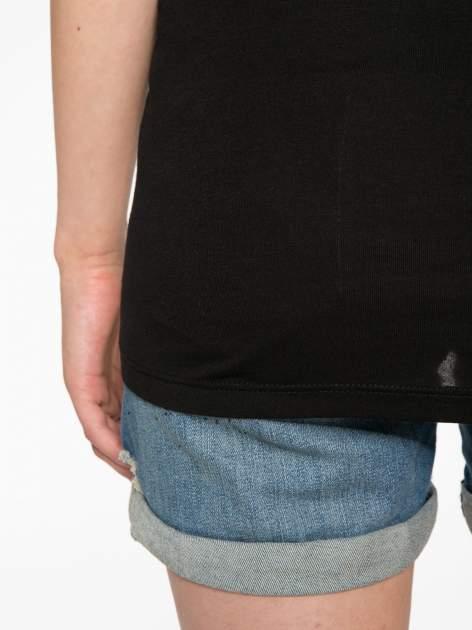 Szaro-czarny t-shirt  z nadrukiem piórek                                  zdj.                                  11