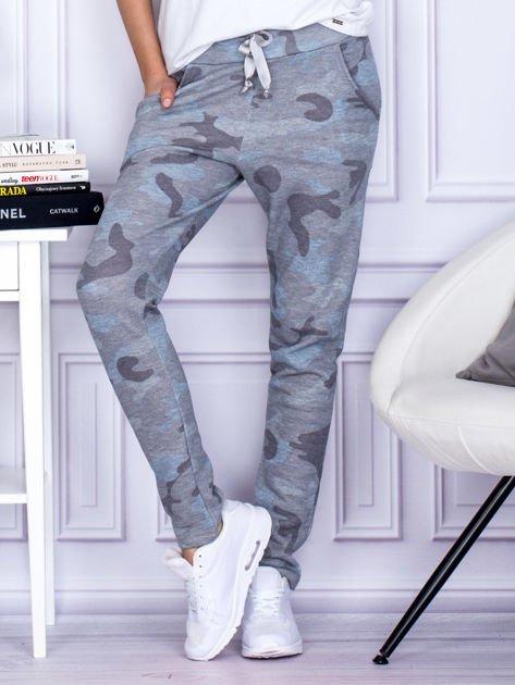 Szaro-niebieskie spodnie dresowe we wzór moro                                   zdj.                                  1
