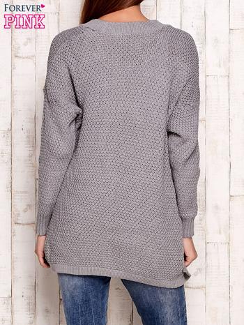 Szary fakturowany otwarty sweter                                   zdj.                                  4