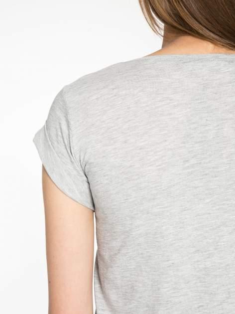 Szary krótki t-shirt z nadrukiem stokrotek i napisem                                  zdj.                                  10