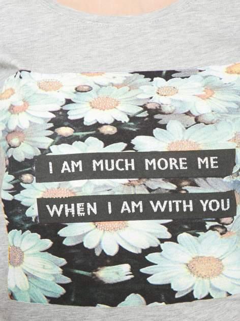 Szary krótki t-shirt z nadrukiem stokrotek i napisem                                  zdj.                                  8