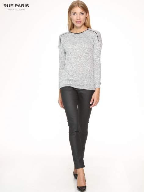 Szary melanżowy sweter z kontrastowymi wstawkami przy dekolcie                                  zdj.                                  2