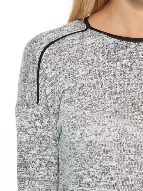 Szary melanżowy sweter z kontrastowymi wstawkami przy dekolcie                                  zdj.                                  6