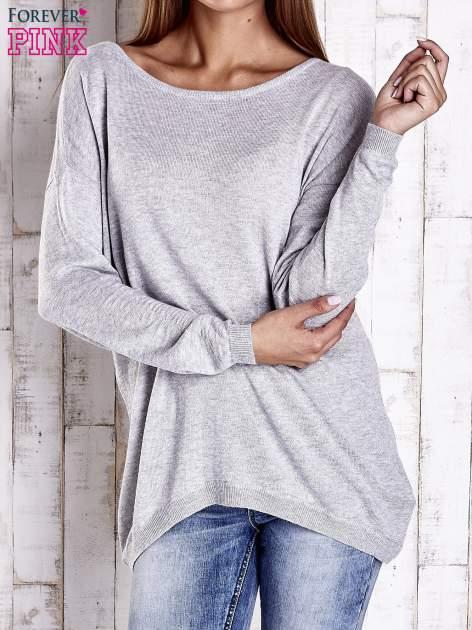 Szary nietoperzowy sweter oversize z dłuższym tyłem                                  zdj.                                  1