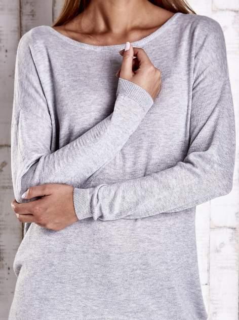 Szary nietoperzowy sweter oversize z dłuższym tyłem                                  zdj.                                  5