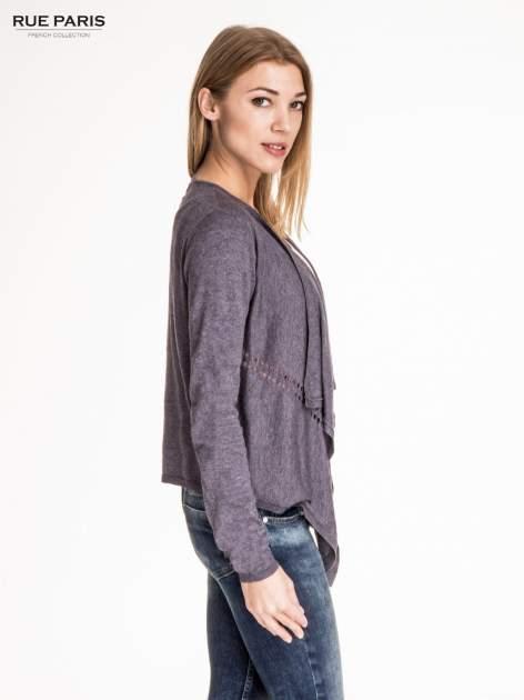 Szary sweter z kaskadowymi bokami i oczkami                                  zdj.                                  3