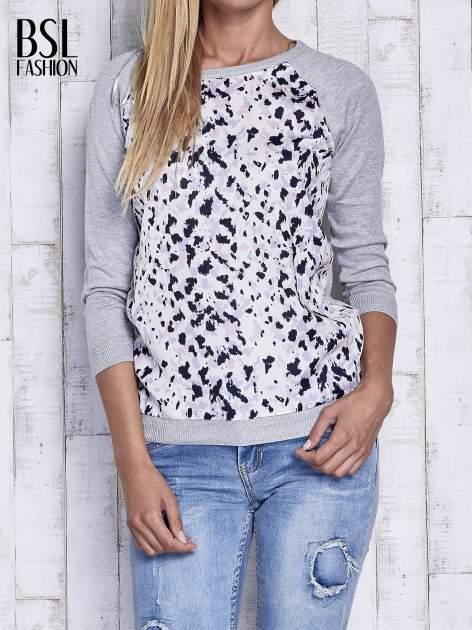 Szary sweter z kolorową wstawką