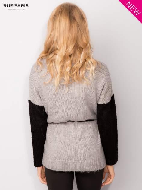 Szary sweter z kontrastowym pasem i rękawami                                  zdj.                                  4