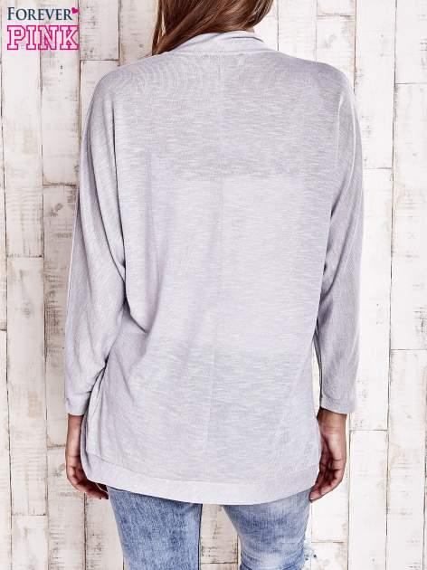Szary sweter z otwartym dekoltem                                  zdj.                                  4
