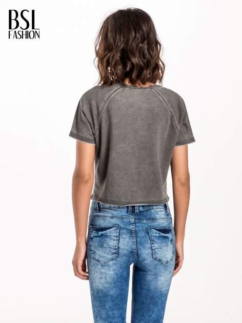 Szary t-shirt cropped z motywem pizzy                                  zdj.                                  3