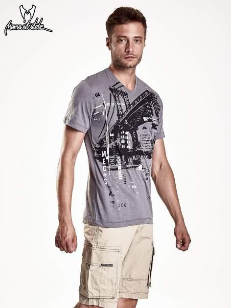 Szary t-shirt męski z miejskim nadrukiem                                  zdj.                                  2