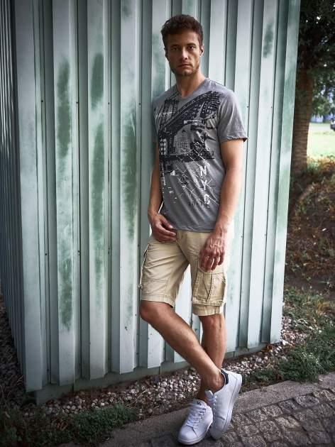 Szary t-shirt męski z miejskim nadrukiem                                  zdj.                                  10