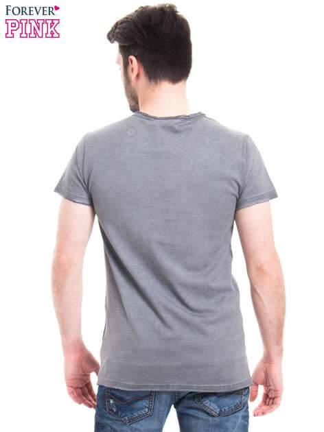 Szary t-shirt męski z nadrukiem NEW ADVENTURE AWAITS                                  zdj.                                  3