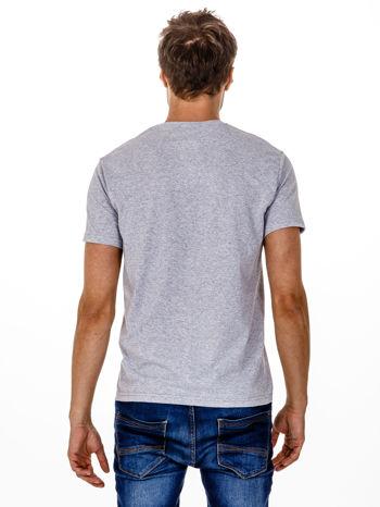Szary t-shirt męski z nadrukiem napisów                                  zdj.                                  5