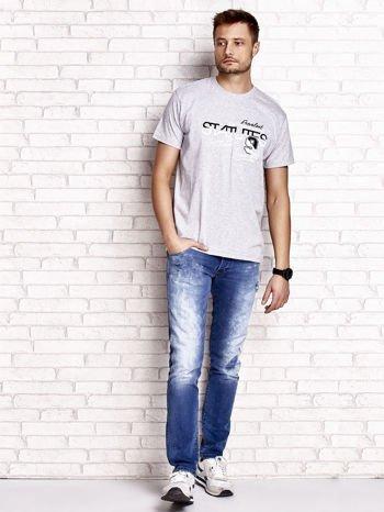 Szary t-shirt męski z nadrukiem napisów i cyfrą 9                                  zdj.                                  5