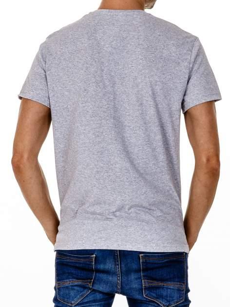 Szary t-shirt męski z nadrukiem napisów w sportowym stylu                                  zdj.                                  5