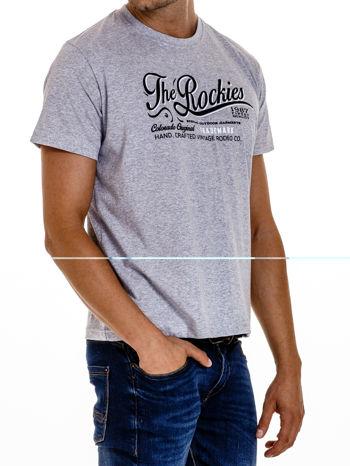 Szary t-shirt męski z nadrukiem napisu THE ROCKIES                                  zdj.                                  4