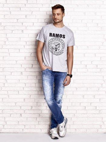 Szary t-shirt męski z napisem RAMOS i nadrukiem                                  zdj.                                  3