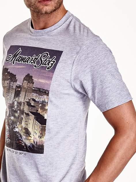 Szary t-shirt męski ze zdjęciem miasta                                  zdj.                                  7