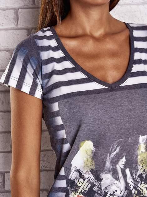 Szary t-shirt w paski i z nadrukiem dziewczyny                                  zdj.                                  5