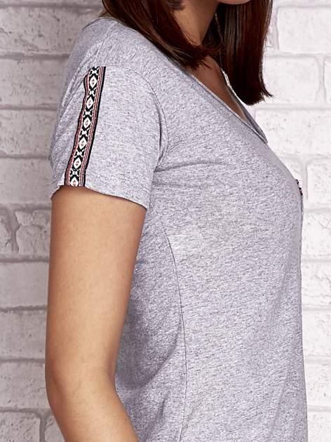 Szary t-shirt z azteckim wykończeniem                                  zdj.                                  5