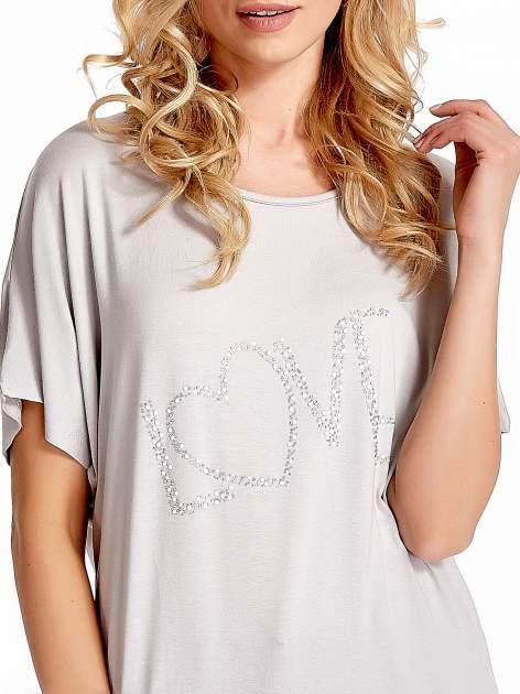 Szary t-shirt z biżuteryjnym napisem LOVE                                  zdj.                                  5