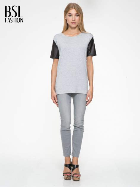Szary t-shirt z czarnymi skórzanymi rękawami                                  zdj.                                  5
