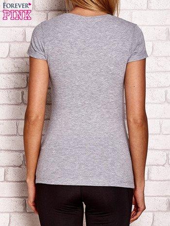 Szary t-shirt z drobnym tekstowym nadrukiem
