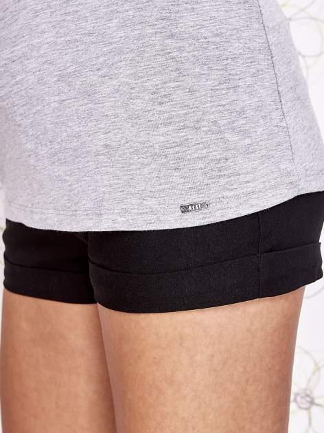 Szary t-shirt z koronkowym wykończeniem rękawów                                  zdj.                                  6