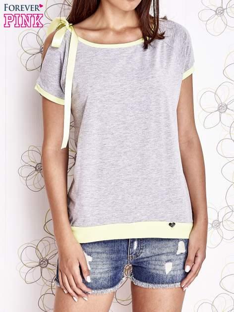 Szary t-shirt z limonkowym wykończeniem i kokardą                                  zdj.                                  1