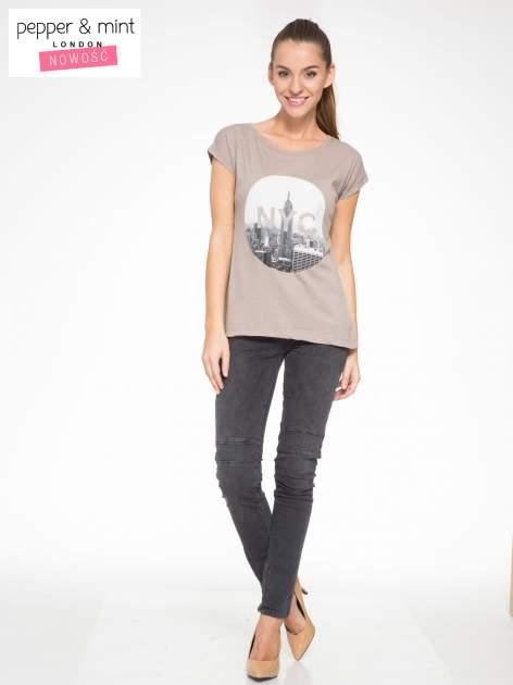 Szary t-shirt z nadrukiem NYC zdobiony dżetami                                  zdj.                                  5