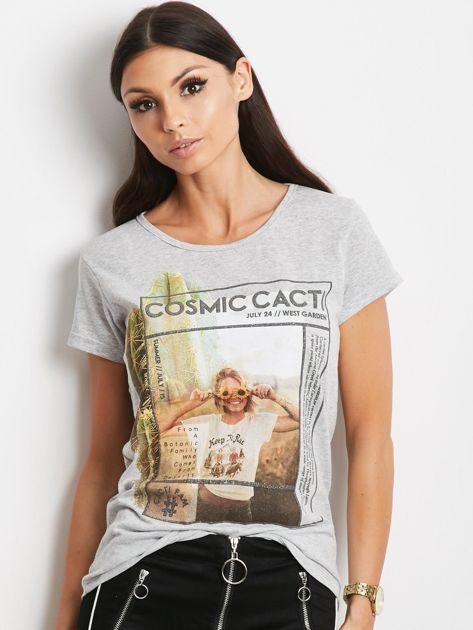 Szary t-shirt z nadrukiem dziewczyny                              zdj.                              1