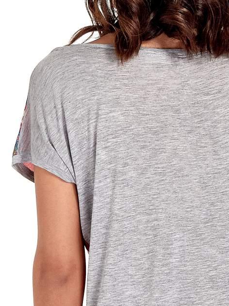 Szary t-shirt z nadrukiem kwiatowym                                  zdj.                                  6