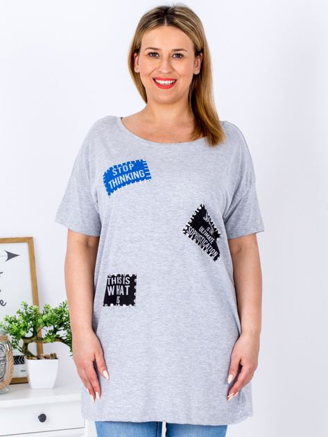 Szary t-shirt z nadrukiem naszywek PLUS SIZE                              zdj.                              1
