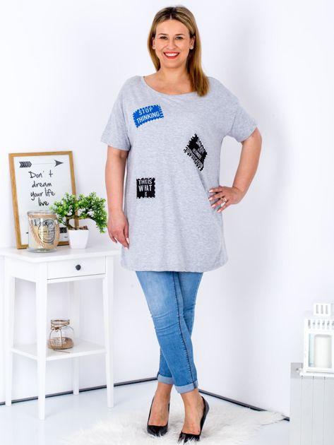 Szary t-shirt z nadrukiem naszywek PLUS SIZE                              zdj.                              4