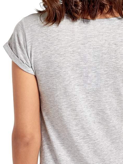 Szary t-shirt z nadrukiem troskliwych misiów                                  zdj.                                  6