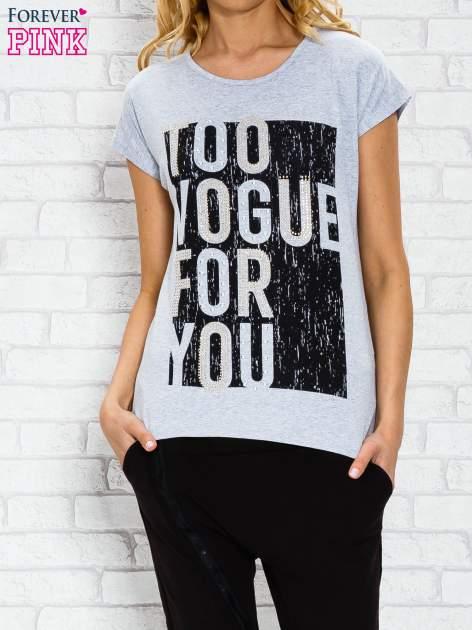 Szary t-shirt z napisem TOO VOGUE FOR YOU z dżetami