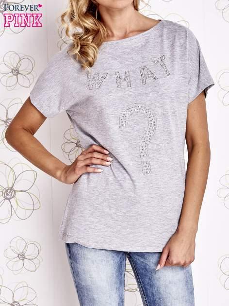 Szary t-shirt z napisem i trójkątnym wycięciem na plecach                                  zdj.                                  1